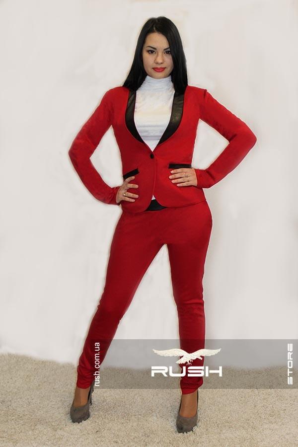Женский деловой костюм с лацканами из эко-кожи