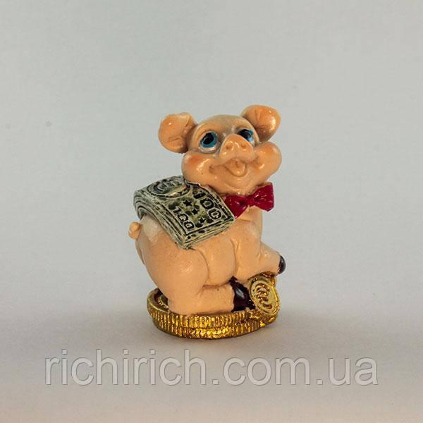 Свинка з доларами на золотих монетках