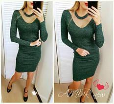 Модное платье миди приталенное с длинным рукавом декольте сетка с жемчугом темно зеленое, фото 2