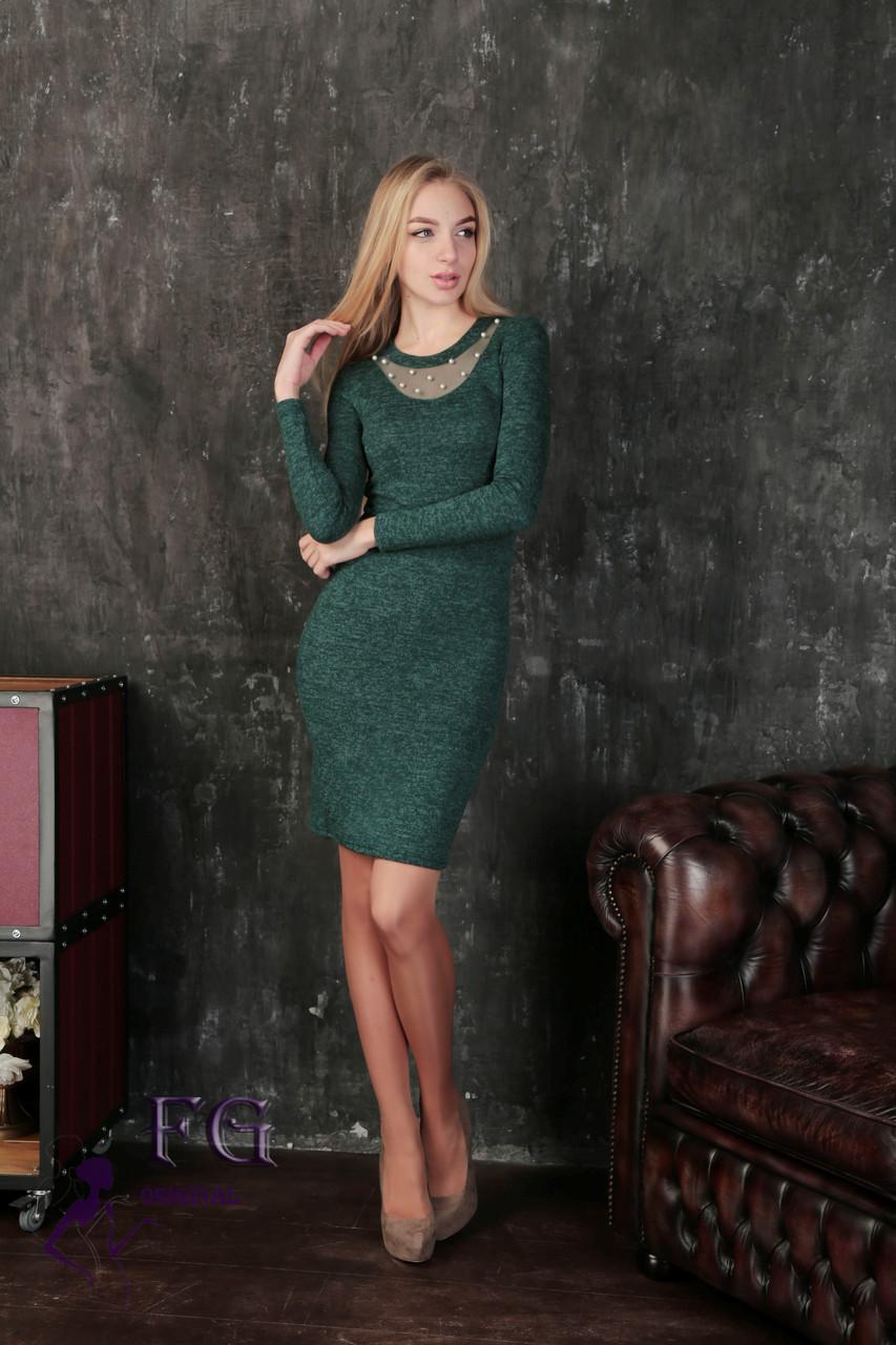 Модное платье миди приталенное с длинным рукавом декольте сетка с жемчугом темно зеленое