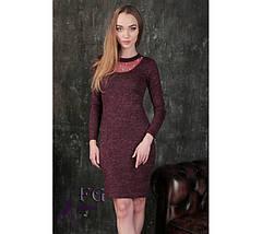 Бордовое платье по фигуре с бусами в районе груди длинный рукав, фото 3
