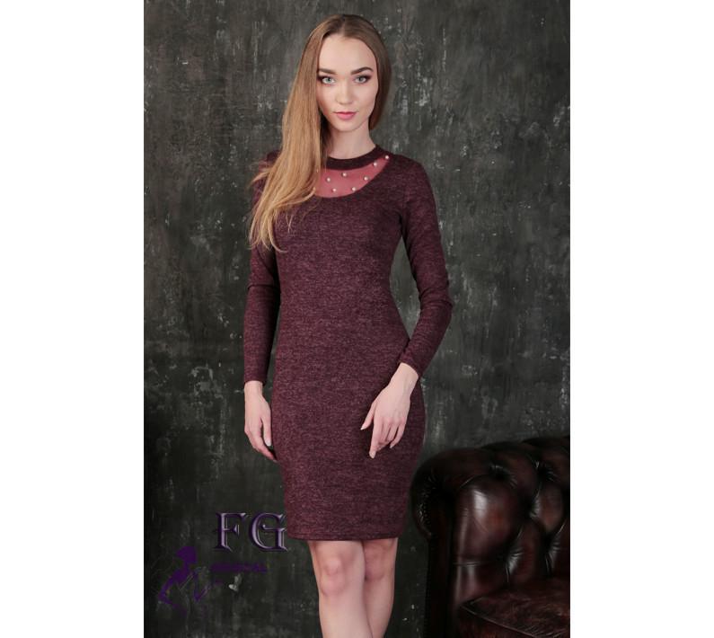 d0f6ee61107 Демисезонное платье средней длины по фигуре с длинным рукавом декольте  сетка с жемчугом бордовое -