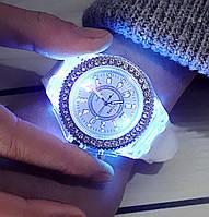 Часы женские светящиеся со стразами кварцевые белые