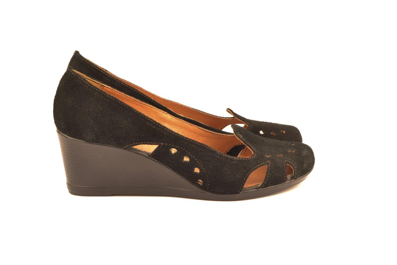 Туфлі жіночі чорні на танкетці з натуральної замші від виробника KARMEN