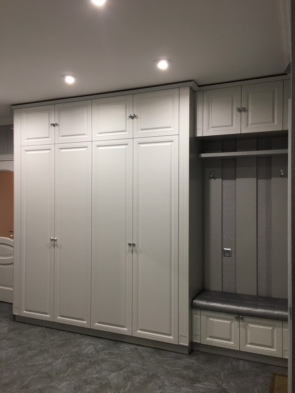 Шкаф в коридор белый матовый фасад с фрезеровкой