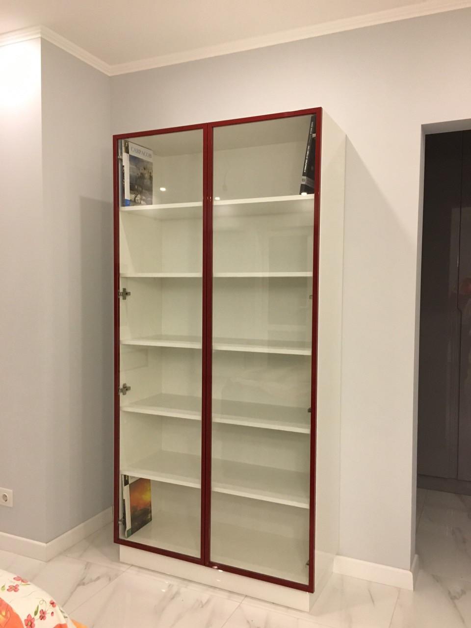 Шкаф витрина с крашеным рамочным алюминиевым профилем фурнитура блюм (blum)