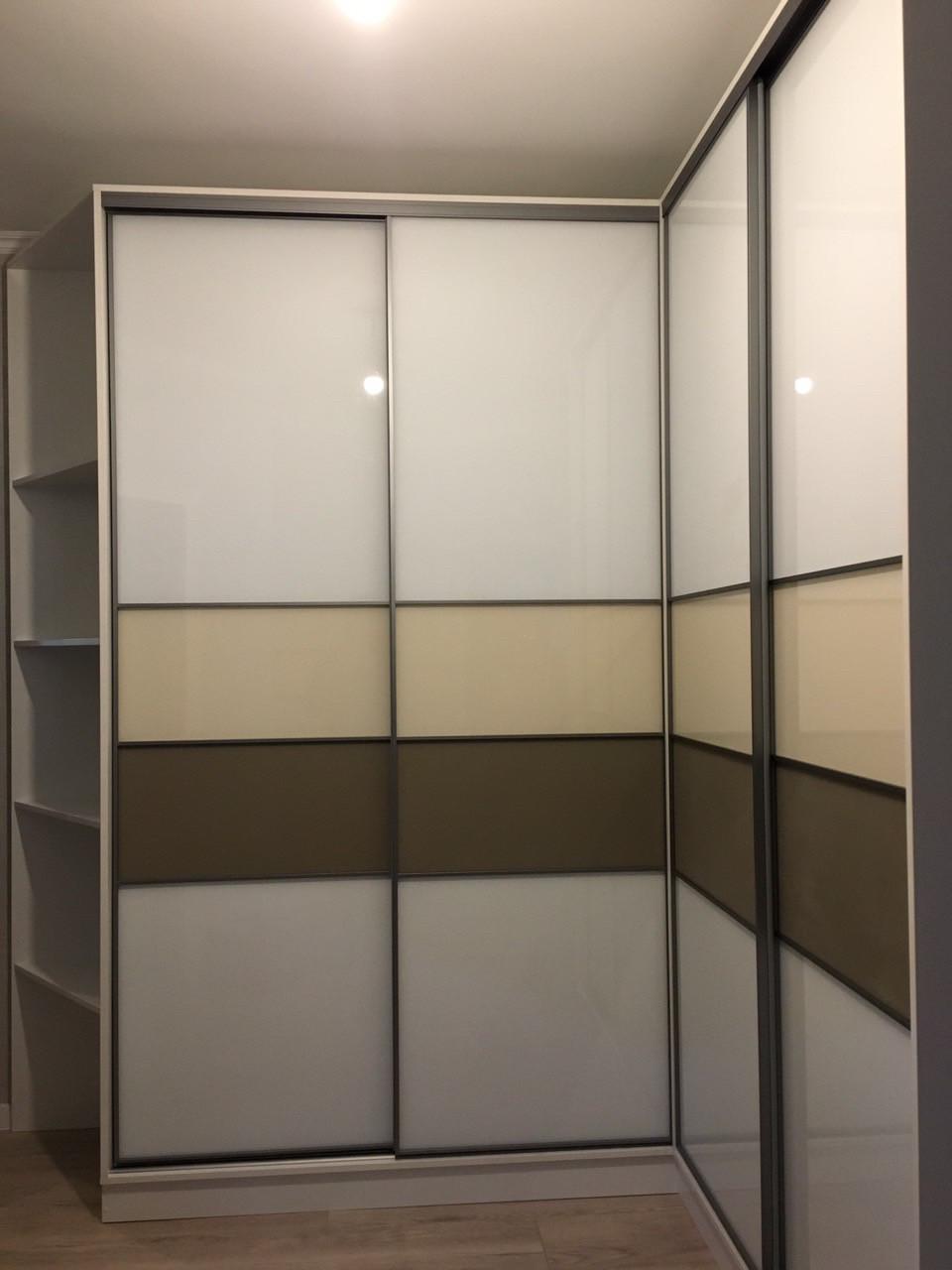 Шкаф купе угловой с стеклами на фасаде, профиль Zola. У-03002