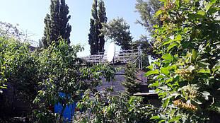 Вид смонтированной системы креплений под солнечные панели для плоской крыши.