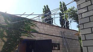 Металлоконструкции, на крыше мастерской, для первого массива солнечных батарей.