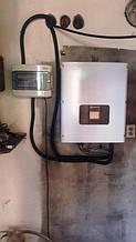 Солнечный инвертор и шкаф защиты на внутренней стене мастерской.