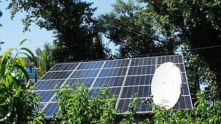 Первый массив из 25 горизонтально расположенных солнечных батарей.