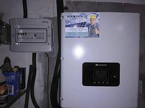Сетевой инвертор и шкаф защиты в помещении.