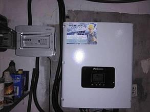 Преобразователь тока, навешенный на стене.