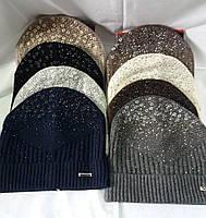 Женская шапочка с отворотом украшенная камнями и хольнитенами