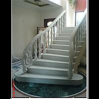 Парадная мраморная лестница с эксклюзивной резной балюстрадой