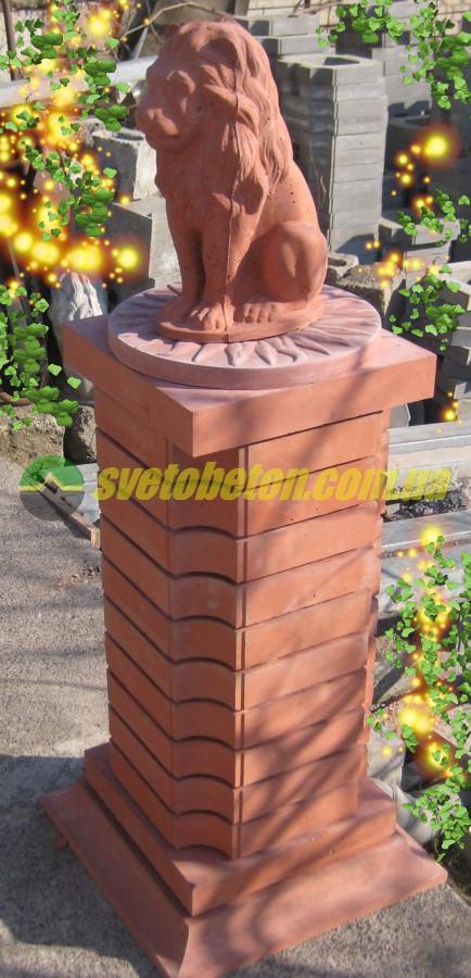 Лев на бетонной тумбе, декор для ландшафтного дизайна, композиция для обустройства сада частного дома.