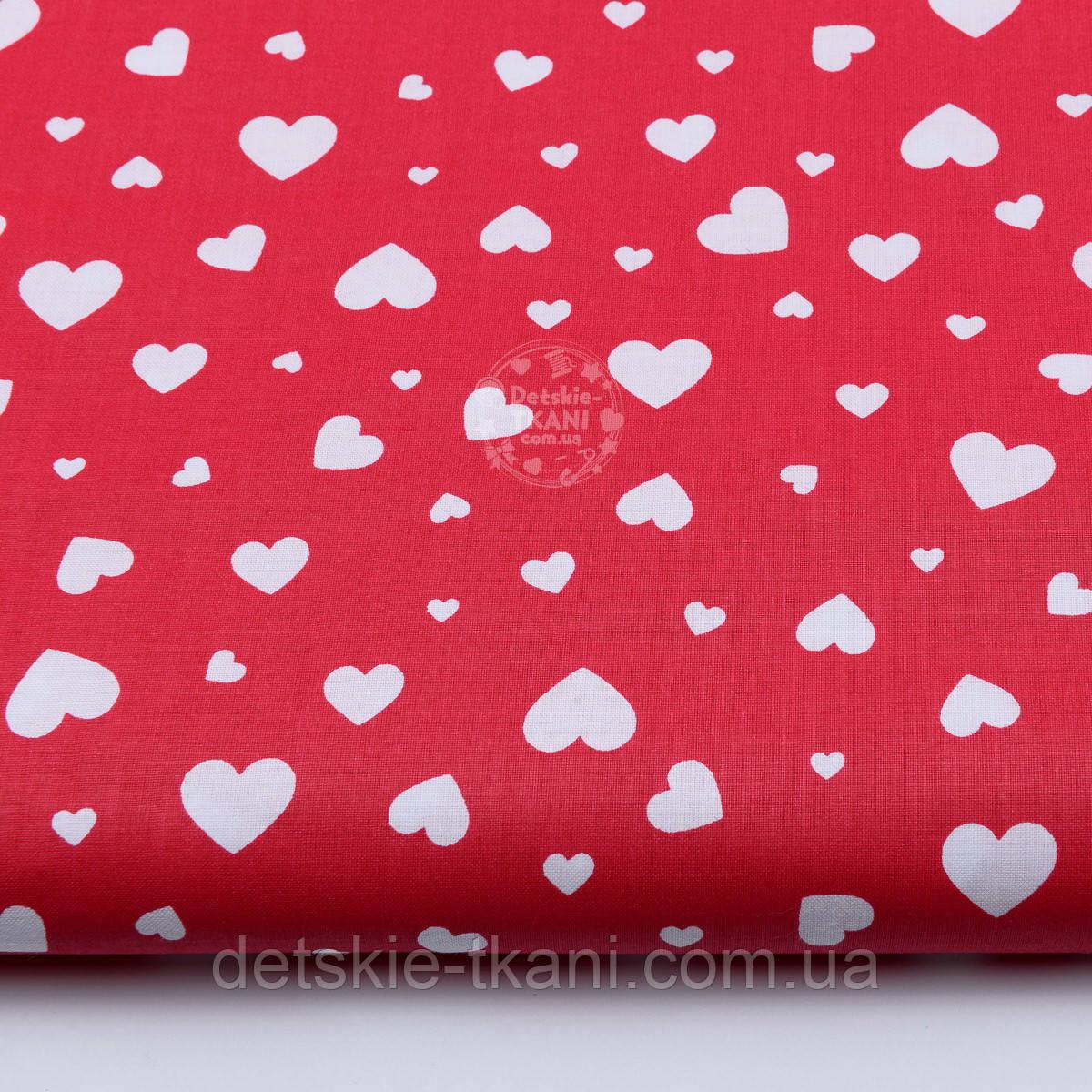 """Ткань хлопковая """"Сердечка трёх размеров"""" белые на красном №1841"""