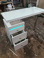 Маникюрный стол с бактерицидной лампой, стол со стеклом на столешнице  и тройной розеткой. Модель А157 белый
