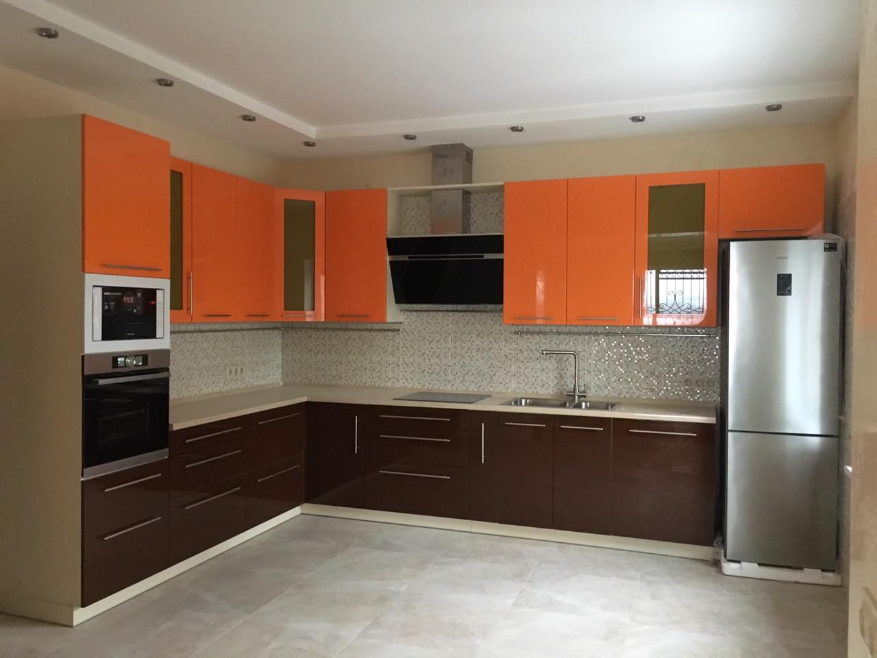 Кухня белая глянцевая верх оранжевый низ коричневый. Блюм фурритура