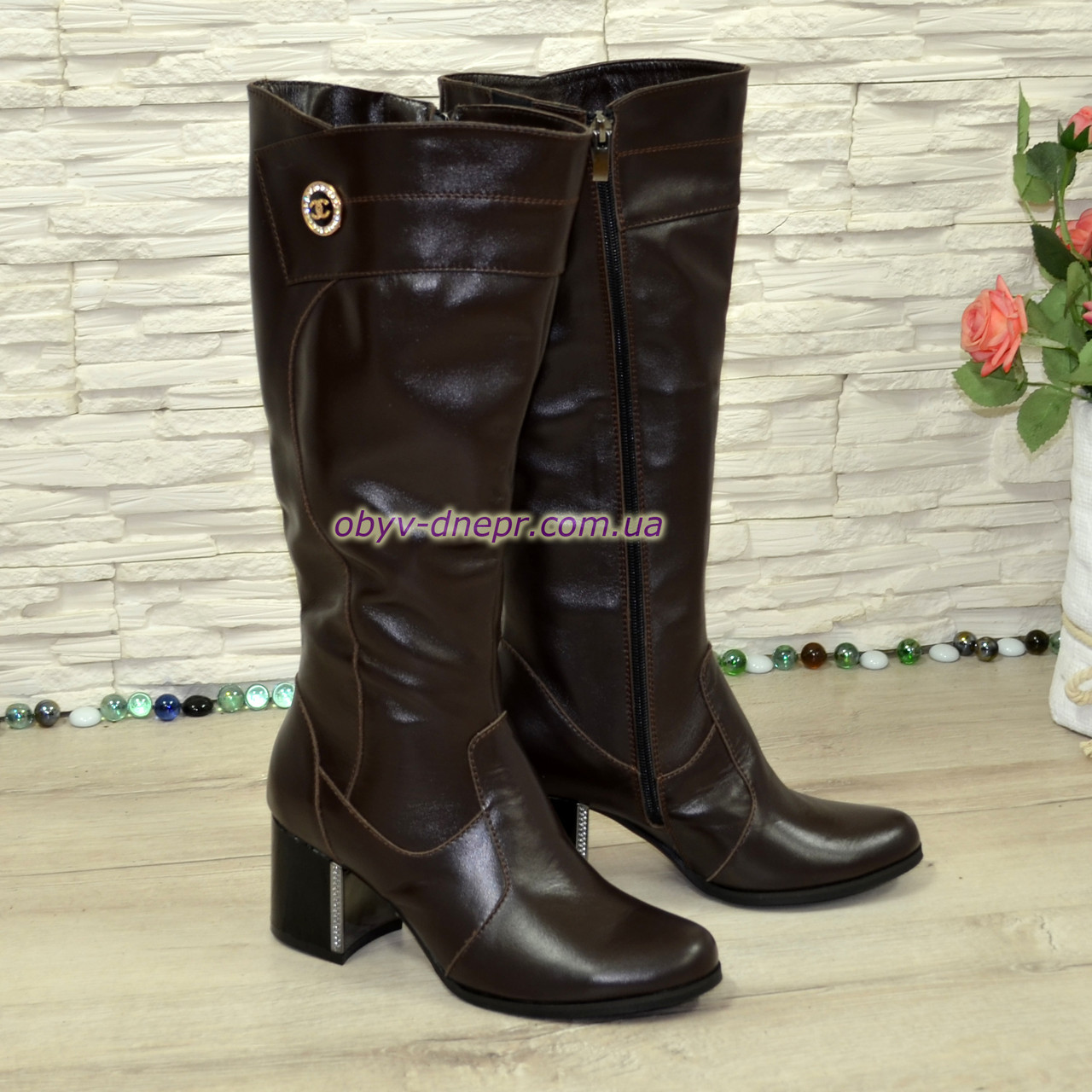 Сапоги зимние кожаные на невысоком устойчивом каблуке, цвет коричневый. Декорированы фурнитурой