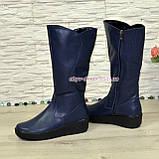 Жіночі шкіряні зимові чоботи на невисокій танкетці, колір синій, фото 3