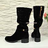 Сапоги женские зимние замшевые на устойчивом каблуке, декорированы накаткой камней, фото 2