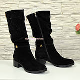 Сапоги женские зимние замшевые на устойчивом каблуке, декорированы накаткой камней, фото 3