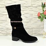 Сапоги женские зимние замшевые на устойчивом каблуке, декорированы накаткой камней, фото 4