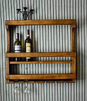 Настенный домашний мини бар с держателями для бокалов и дополнительной полкой для стаканов.