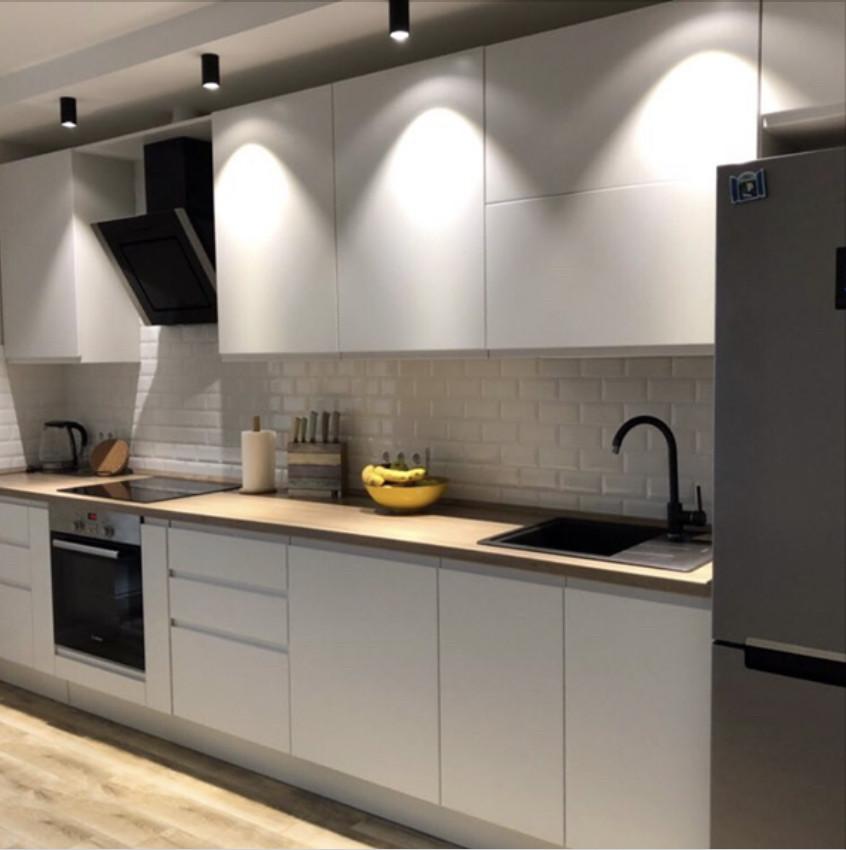 Кухня біла на замовлення в стилі лофт, робоча поверхня під дерево