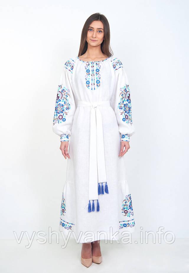 Довга біла сукня з квітковою вишивкою