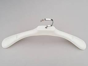 Плічка вішалки тремпеля TZ6682 з антиковзаючим ребристим плечем білого кольору, довжина 44,5 см, фото 2