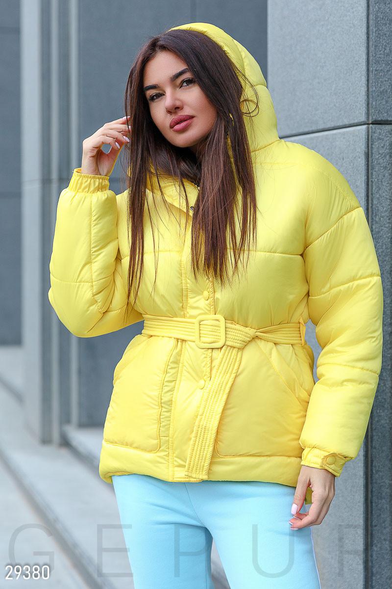 Яркая стеганая куртка с поясом и капюшоном желтого цвета