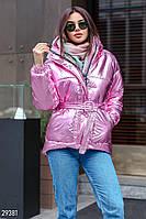 Яркая стеганая куртка с поясом и капюшоном розового цвета