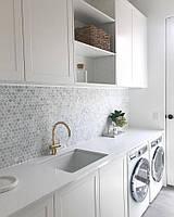 Кухня белая с встроенной стиральной машиной и сушильной машиной