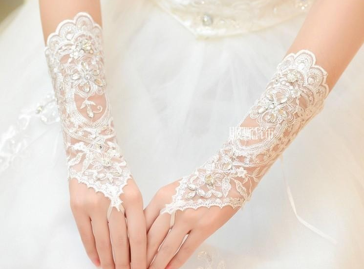 Кружевные  белые свадебные перчатки расшитые