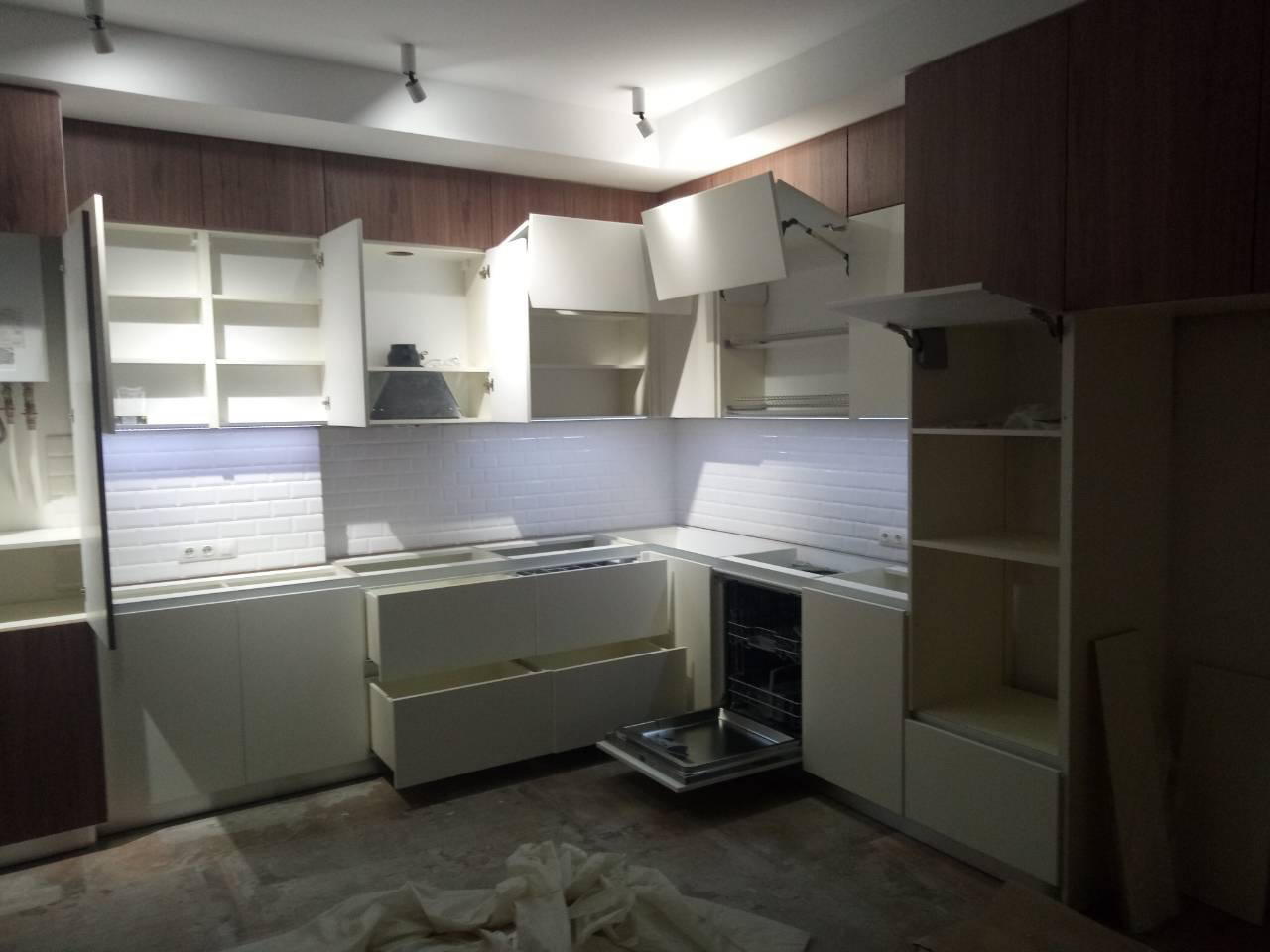 Кухня с встроенным котлом и газовым счетчиком на заааз
