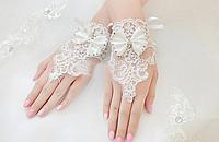 Короткие свадебные  кружевные перчатки. Белые