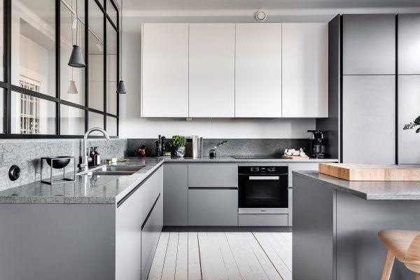Кухня без ручек в стиле лофт серый низ белый верх