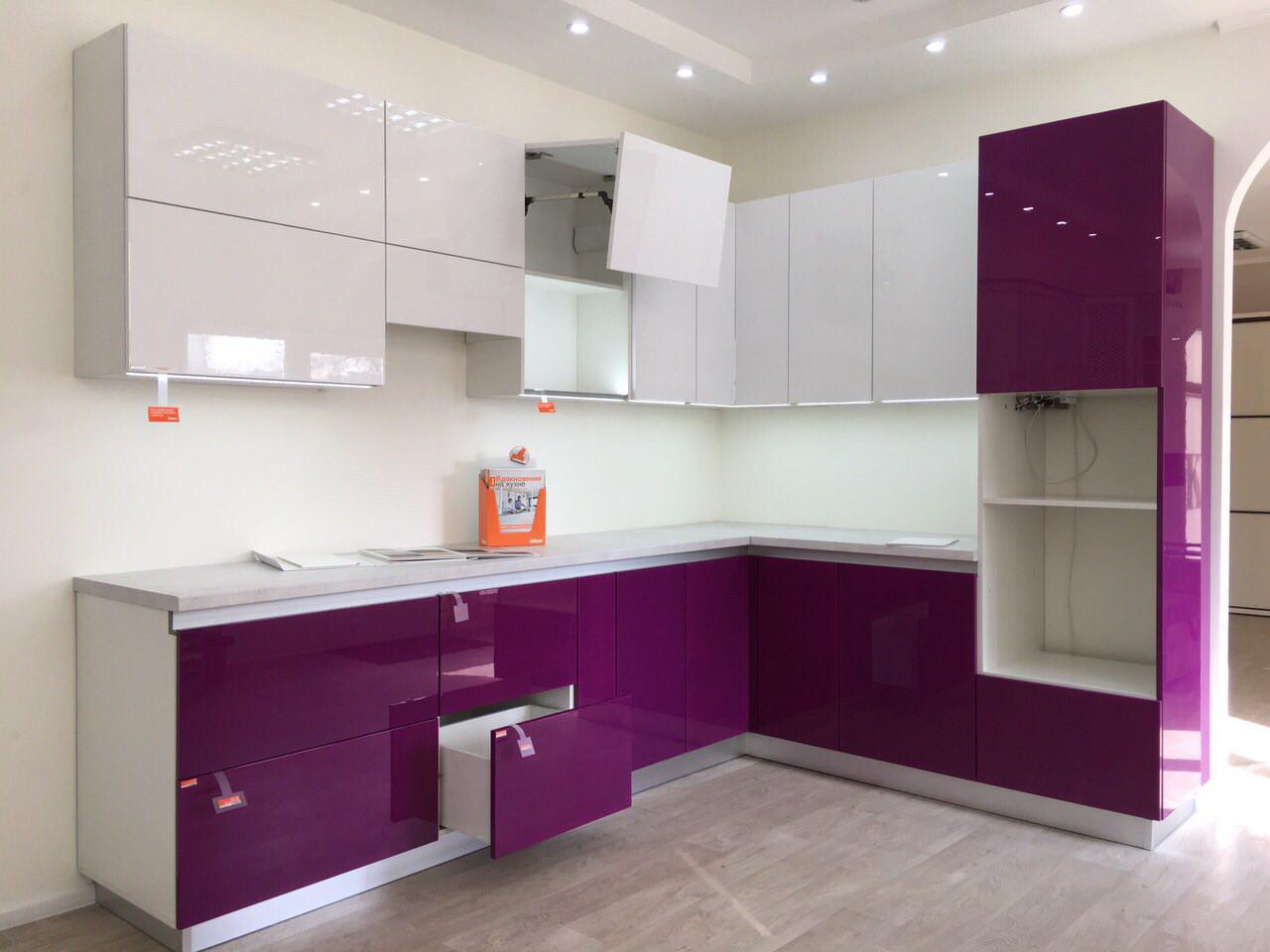 Кухня на заказ с фиолетовыми фасадами с Выставки