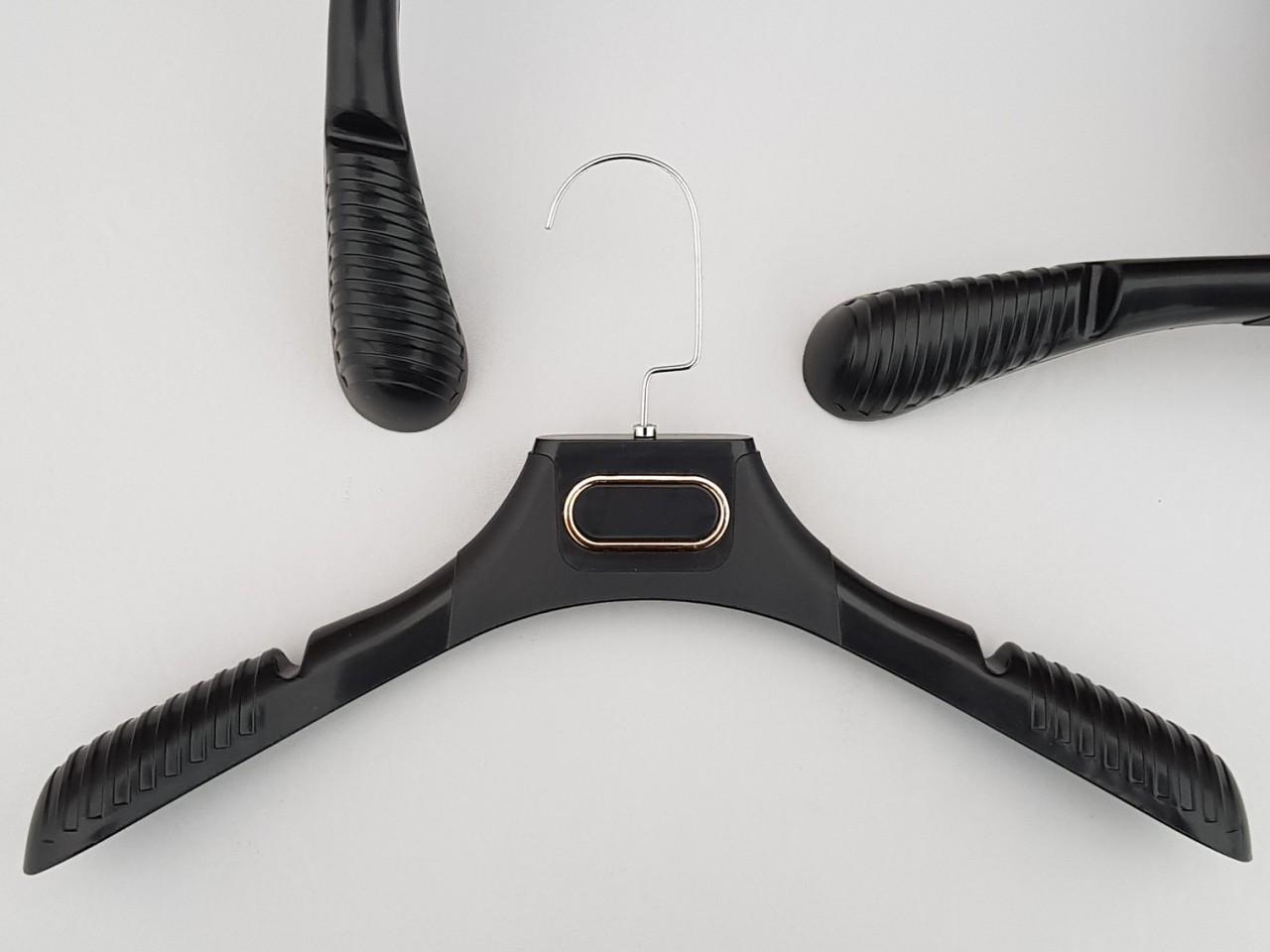 Длина 38,5 см. Плечики вешалки пластмассовые TZ8830 с антискользящим ребристым плечом черного цвета