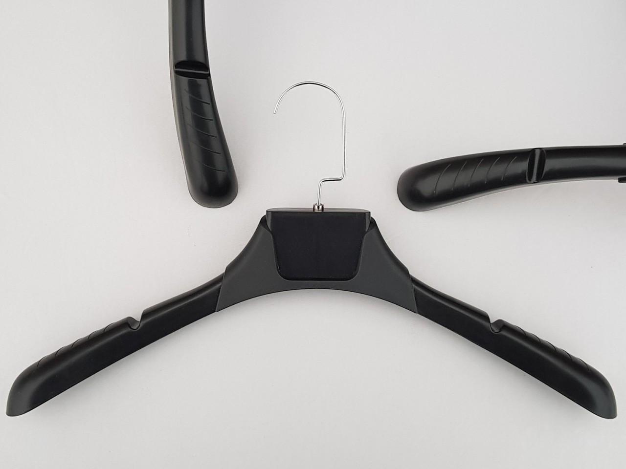Длина 43,5 см. Плечики вешалки пластмассовые TZ8822 с антискользящим ребристым плечом черного цвета