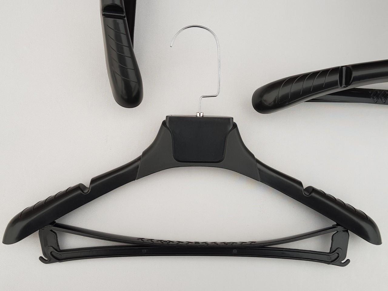 Плечики вешалки пластмассовые TZP8821 с антискользящим ребристым плечом черного цвета, 38,5 см