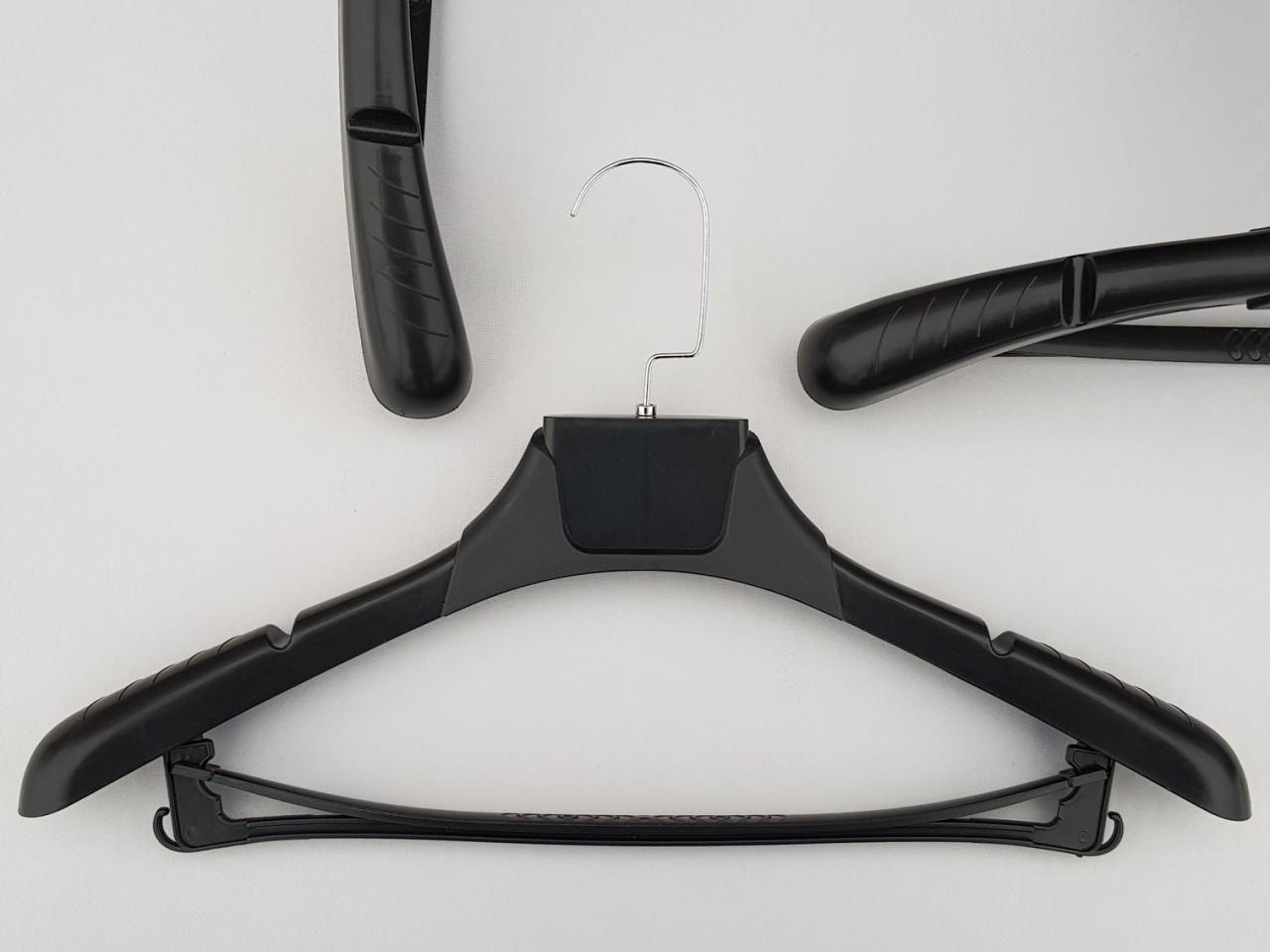 Длина 43,5 см. Плечики вешалки пластмассовые TZP8822 с антискользящим ребристым плечом черного цвета