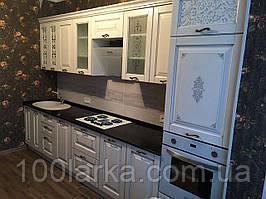 Кухня дерев'яна, фасад фарбований з гравіюванням візерунка і патиною