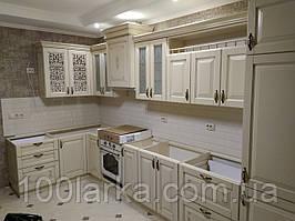 Кухня дерев'яна (ясен) з різьбленим візерунком під замовлення від виробника.