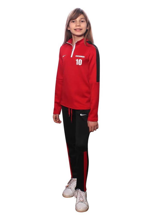 фото teens.ua - спортивный костюм с номером на красной кофте и черных брюках