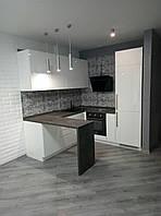 Кухня белая глянцевая без ручек с барной стойкой, фото 1