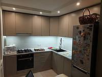 Кухня в кофейном матовом цвете с ручками