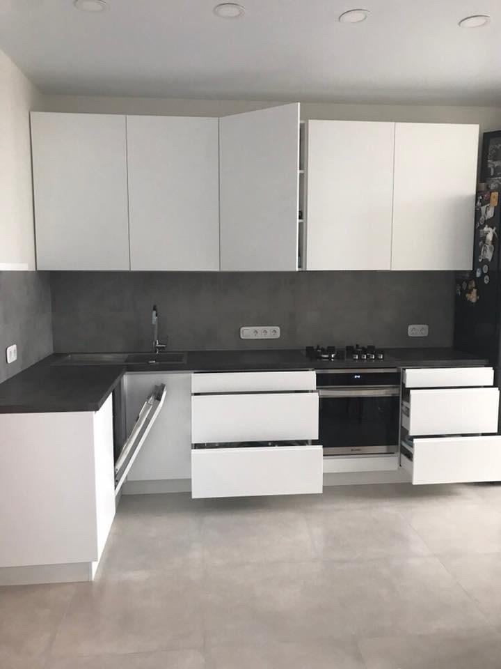 Белая глянцевая кухня с столешницей под бетон